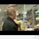 Mis juhtub, kui kõnnid sukk peas poodi (video)