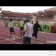 Mäletate jooksjat, kes tümitas maskotti? (video)