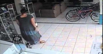 Kadunud 13 sekundiga – naine paneb LCD teleri jalge vahele ja jalutab poest välja
