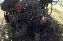 Mootorrattur avastab loodust ja satub maas lebava kiivri peale, leiab ATV all kinni oleva mehe