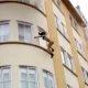 Poolpaljas naine, kes hüppab alla neljanda korruse põlevast korterist, päästetakse juhuslike möödujate poolt