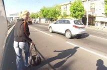 Mootorrattur jätab ratta tee peale, kui näeb kotivarast mööda jooksmas. Toob koti tagasi väga tänulikule naisele..