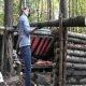 Ellujääja Lilly ehitab metsas muljetavaldava peavarju kahele