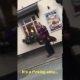 Inglismaal jäi kaamerasilma ette mees kes jalutas oma emu