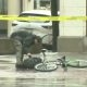 Jalgrattur näitab pommirühmale mis ta arvab sellest, et tänav on mingi seljakoti pärast ümber piiratud