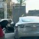 😂 Naine üritab Tesla Model S-i bensiinijaamas tankida
