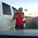 Florida naine läheb äksi täis peale väikest avariid – krabab oma rindu ja sülitab nagu väike laps