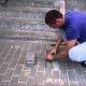 Mees kuuleb kõnnitee alt haukumist, päästab tiine koera, kes oli elusalt maetud 2 päeva