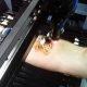 Kiire viis vähi saamiseks – vene poiss laseb käe peale lasergraveerijaga NHL-i logo