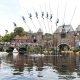 Vahepeal Hollandis.. farmerid riskisid katkiste luudega, et selle hullu tehnika abil üle kanali saada
