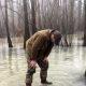 Nalja nabani: redneck üritab jää peal kõndides oma relvani jõuda