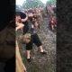 Vahepeal Austraalias – purjus festivalikülalised lasevad mudaliumäest alla