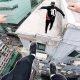 Hullumeelsed tüübid põgenevad turvamehe eest mööda Hong Kongi katuseid