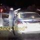 Vahepeal LA-s: gängiliige astub autost välja ja tulistab auto kinni pidanud politseinikku, paarimees päästab ta elu